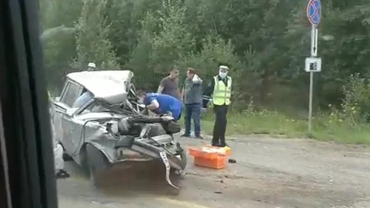 Пассажир и водитель ВАЗа зажаты в машине, шофер фуры — на носилках: на ЕКАД произошло массовое ДТП