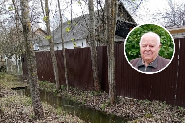 Виктору Кузнецову 89 лет, и он сам прочищает канавы вокруг дома