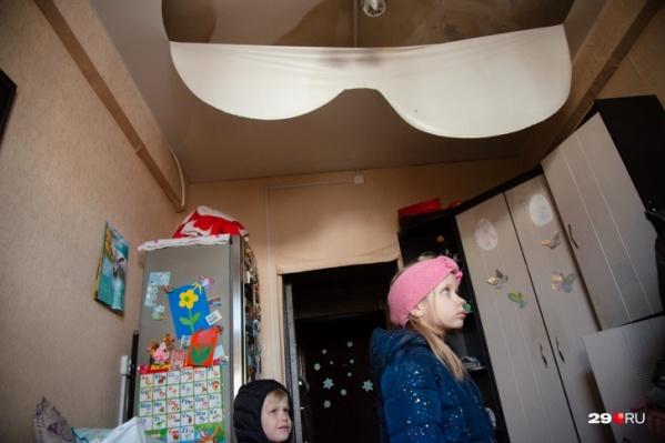 Многие квартиры затопило, пока тушили пожар. Имущество жильцов испорчено