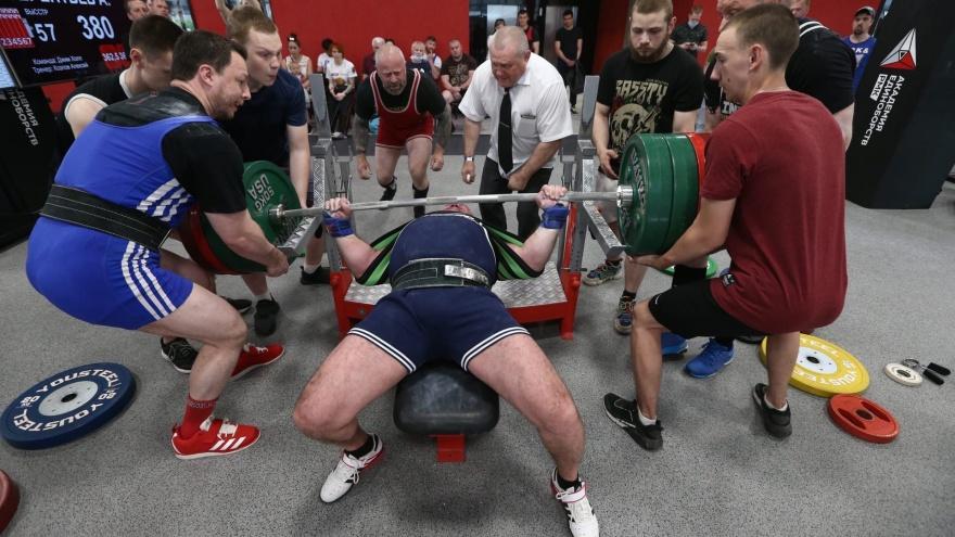 Страховали шесть человек: в Екатеринбурге тяжеловес выжал от груди 450кг и установил рекорд России