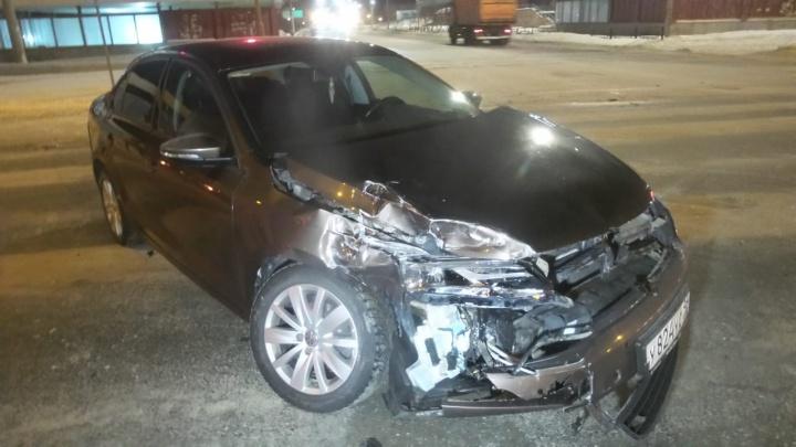 В Екатеринбурге Volkswagen влетел в выехавшую на перекресток фуру