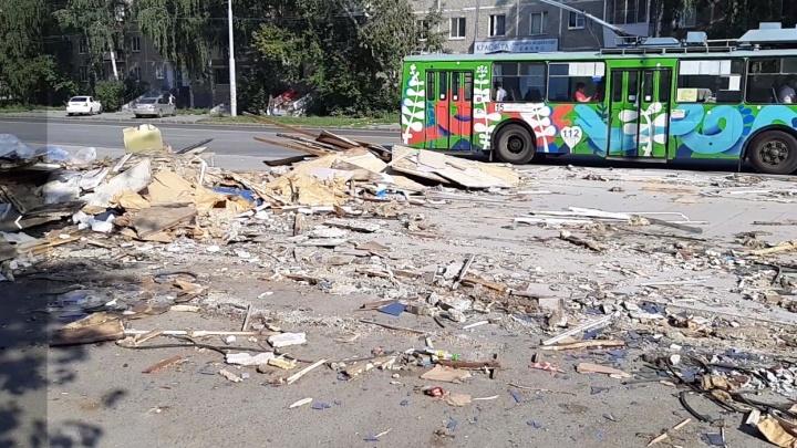 На ВИЗе строители снесли ларек с лавашами. На его месте осталась гора мусора