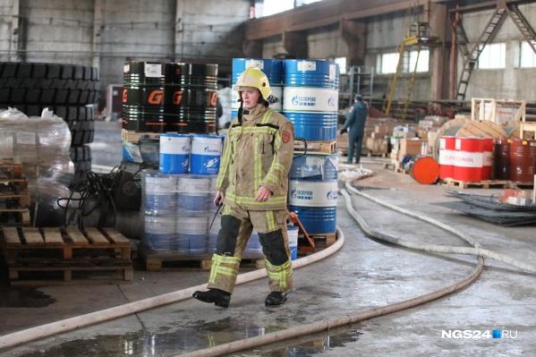 На складе стоят штабеля бочек с горючими веществами