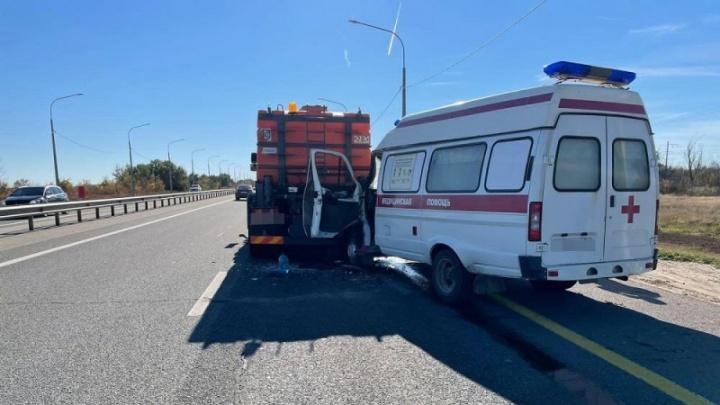На трассе под Волгоградом водитель скорой попал в больницу после столкновения с КАМАЗом