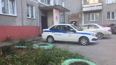 """Детей просят поехать на лифте: в Новосибирске в подъезде <nobr class=""""_"""">9-этажки</nobr> весь день лежит труп женщины"""