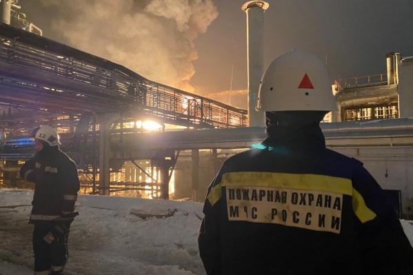 По информации МЧС, загорелись две емкости с нефтепродуктами
