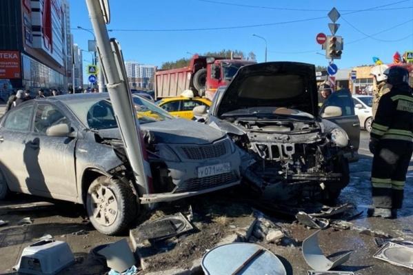Обе машины после удара вынесло на тротуар