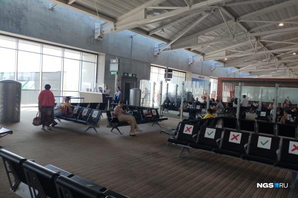 Пассажиры уже прошли паспортный контроль и не могут выйти за пределы аэропорта