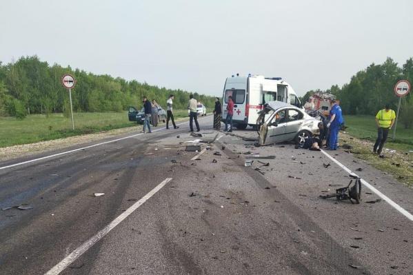 По предварительной информации, водитель одной из машин выехал на полосу встречного движения