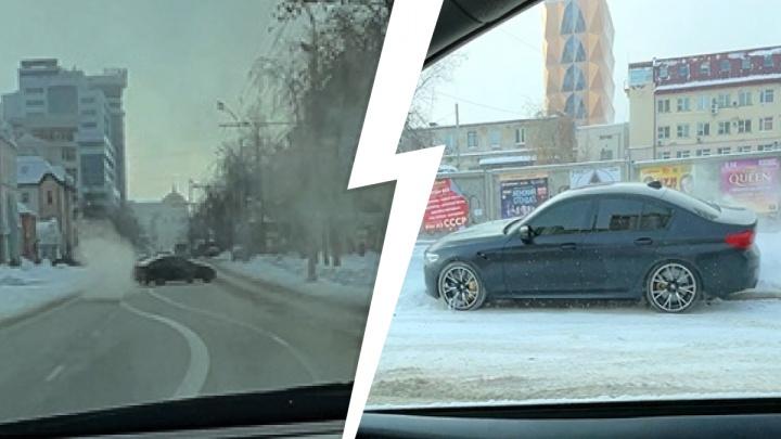 «Довыделывался!» В Екатеринбурге дрифтер вылетел на тротуар и снес дорожный знак: момент попал на видео