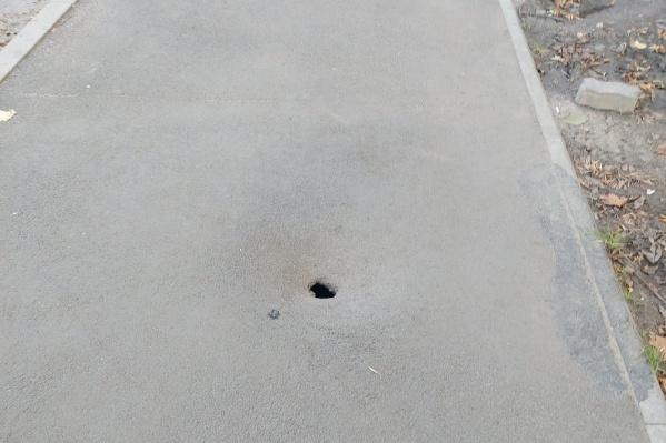 Дыра в асфальте на Тутаевском шоссе