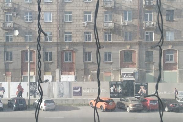 Что происходит на месте стройки, можно увидеть только с высоты противоположного здания