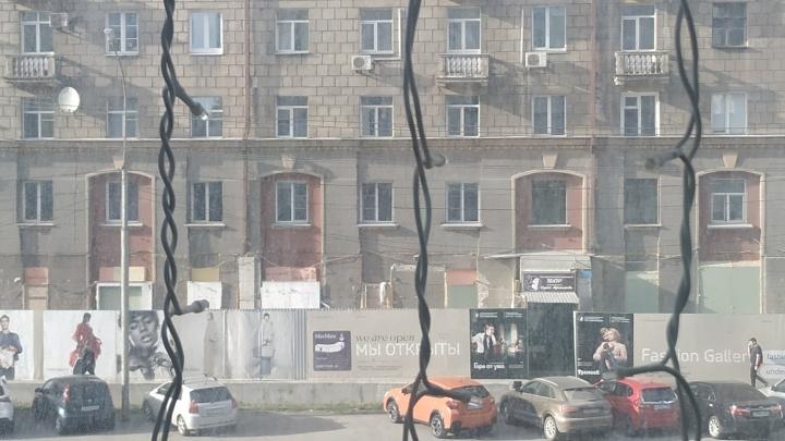 Во время ремонта «Макс Мара» забетонировали высокие окна на Вокзальной магистрали
