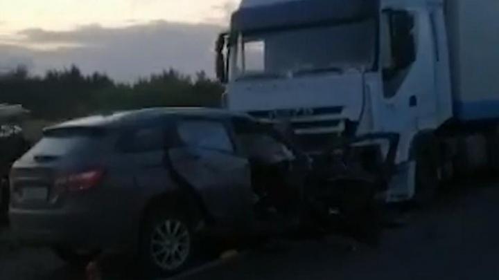 Под Волгоградом два человека погибли в тройном ДТП с фурой