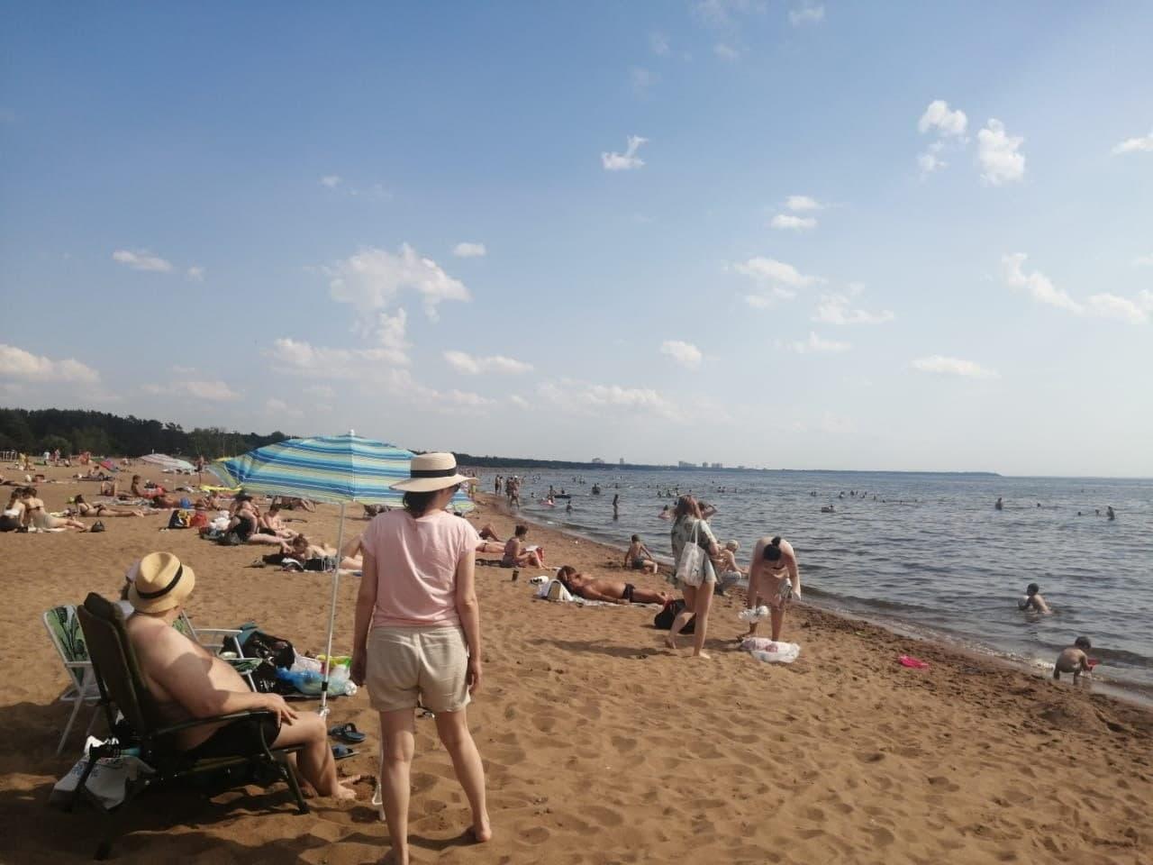 С другой стороны пляжа никакого дождя не видно.