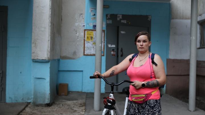 В Челябинске наказали хозяина двух стаффов, брызнувшего соседке в лицо из газового баллончика возле подъезда
