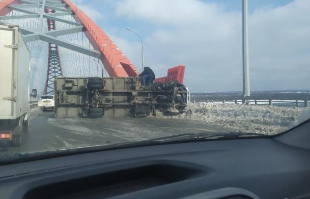 На Бугринском мосту собралась огромная пробка — грузовик опрокинулся и перекрыл три полосы