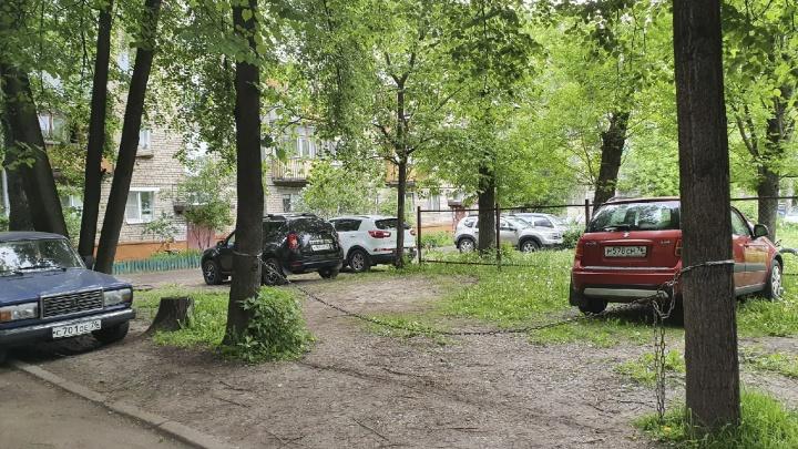 Короли двора: ярославские водители превратили газоны в личные гаражи