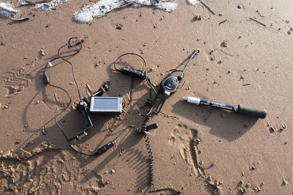 Оборудование с рухнувшего в море вертолета на берегу Мудьюга