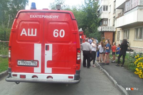 Пожарные вывели на улицу 80 человек, в том числе 15 детей