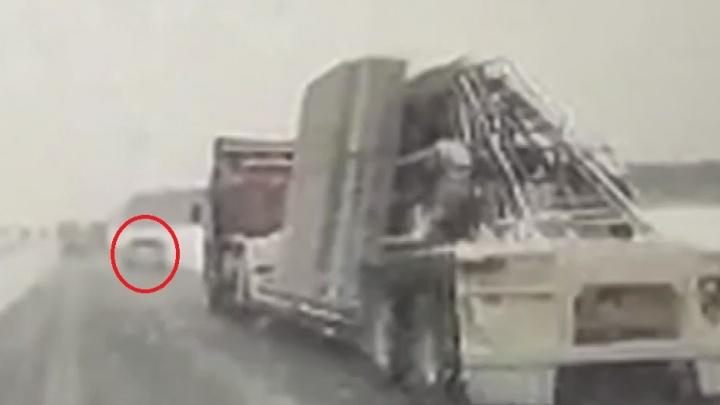 «Под колесами был зеркальный лед»: разбираем с экспертами страшную аварию с панелевозом на трассе