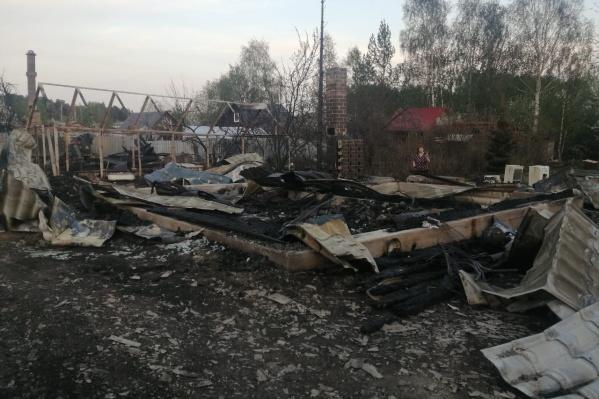 Во время мощного пожара в садовом товариществе сгорели 12 домов