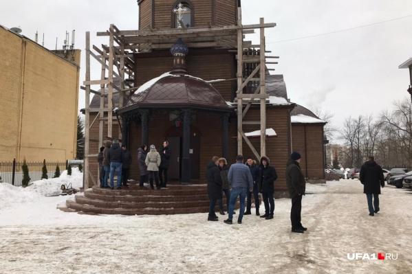 Люди продолжают собираться у храма