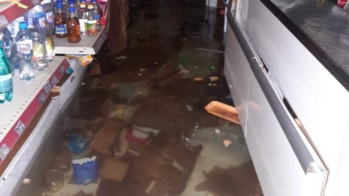В Уфе затопило магазин с продуктами. Видео