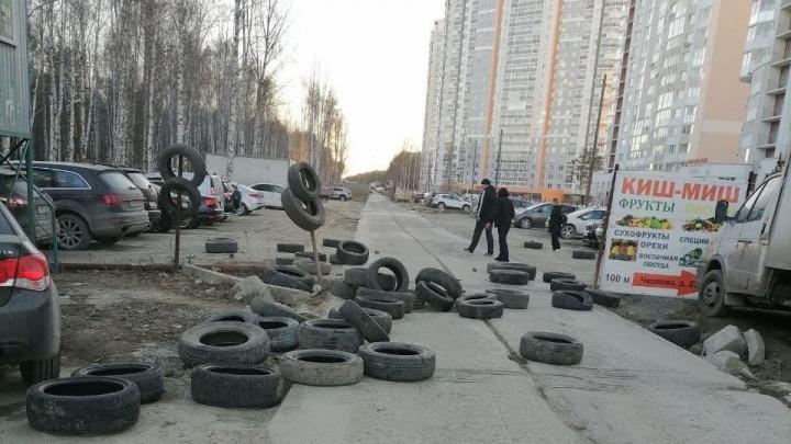 В Екатеринбурге жители новостроек воюют за убитую дорогу, которой официально не существует