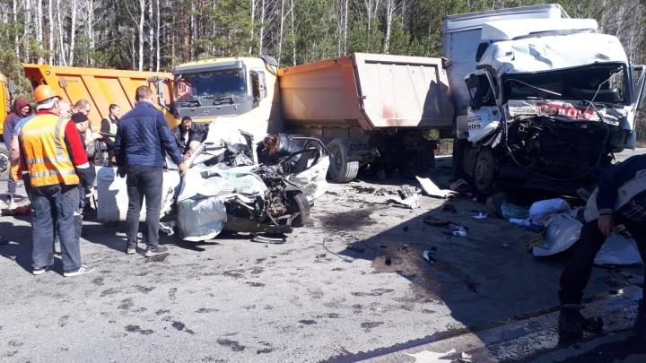 На Тюменском тракте столкнулись пять машин. В страшном ДТП погиб человек