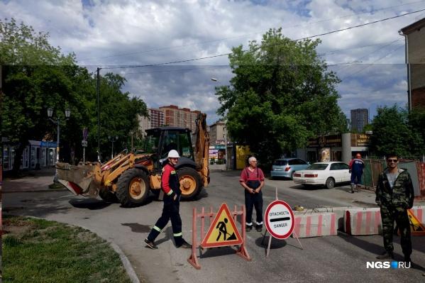 Под проезжей частью улицы Михаила Перевозчикова обнаружено повреждение теплотрассы