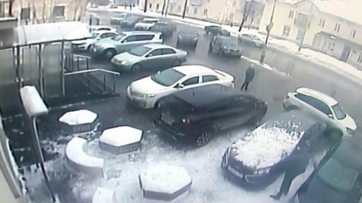 В Перми с крыши районной администрации на автомобиль обрушился снежный сугроб