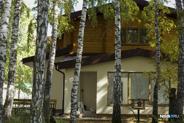 Спрятавшийся в лесу дом ждет переезда хозяев в следующем году