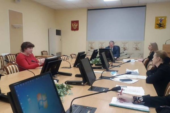 Слева — Римма Зеленина на собеседовании. Ее кандидатуру на должность начальника по благоустройству поддержал глава города Дмитрий Морев