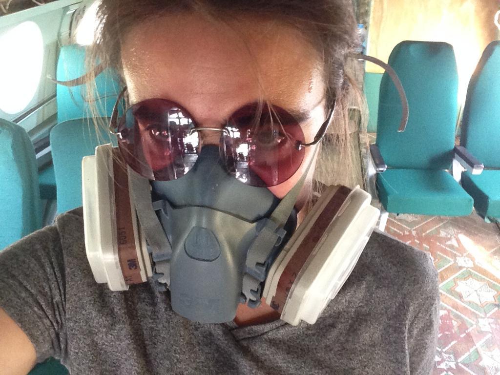 Мария во время второй чистки остатков теплоизоляции