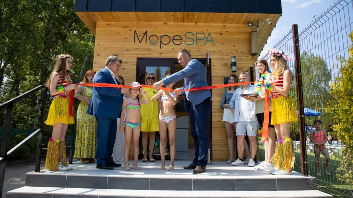 В Бердске открыли новый аквакомплекс с бассейном, банями и летним баром — что там внутри