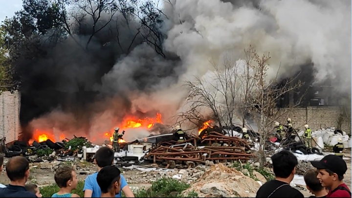 «Пришлось аж окно закрыть, вся гарь в квартиру»: в Волжском тушат крупный пожар на заброшенной базе — видео