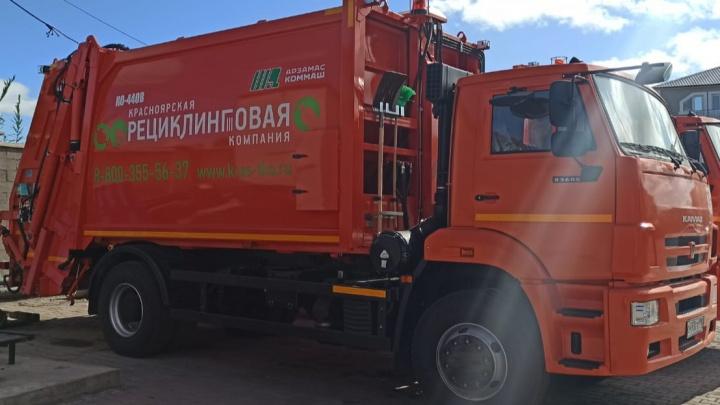 Компактные и маневренные: специальная техника для вывоза мусора уже вышла на улицы города