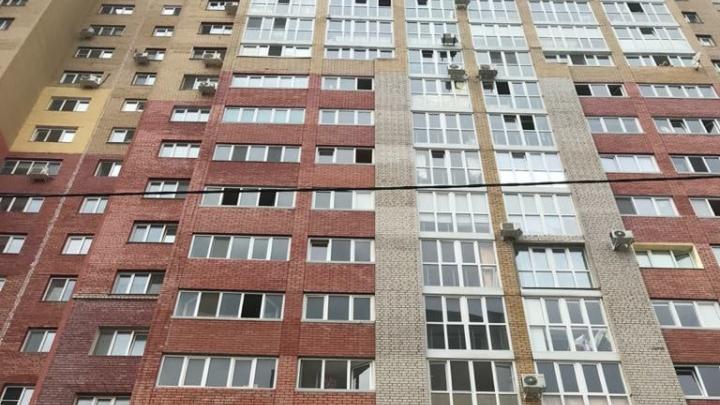 В Уфе пятилетняя девочка выпала из окна многоэтажки. Момент попал на видео