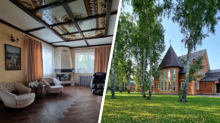 Под Новосибирском продают коттедж с башенкой как в замке — раньше дом принадлежал бизнесмену с барахолки