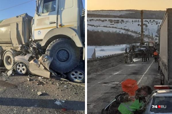 Легковушку зажало между двумя фурами, шансов выжить у водителя не было