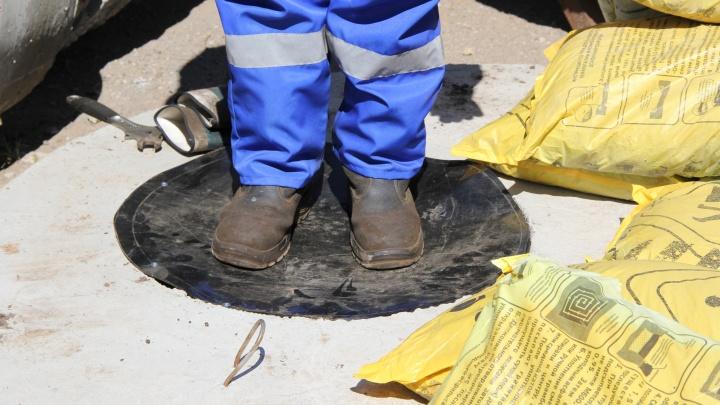 На уличные люки в Перми начали устанавливать защиту из пластика: люди не упадут в колодец, даже если крышку украли