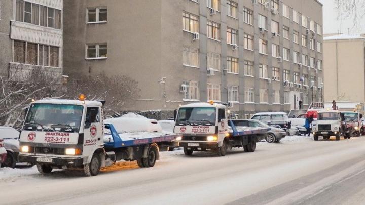 В Екатеринбурге продолжится массовая эвакуация машин для уборки снега