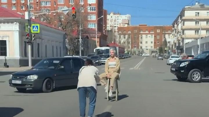 В центре Уфы две женщины устроили фотосессию на проезжей части. Водитель снял это на видео