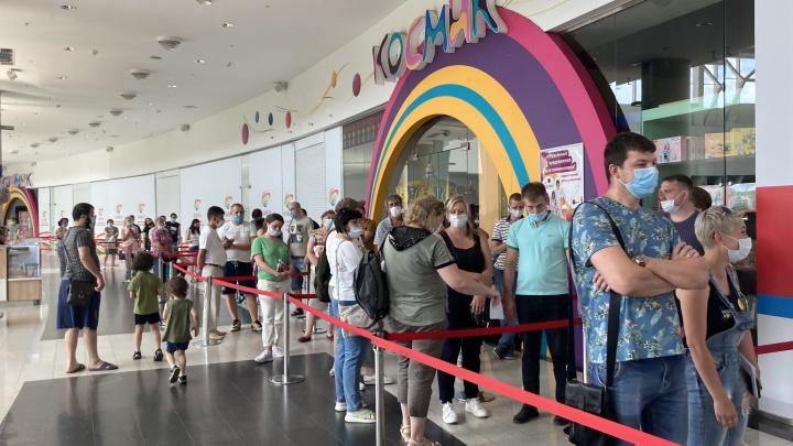 «Просидел 6 часов, но очередь так и не дошла»: красноярцы жалуются на большие очереди в пункт вакцинации в «Планете»