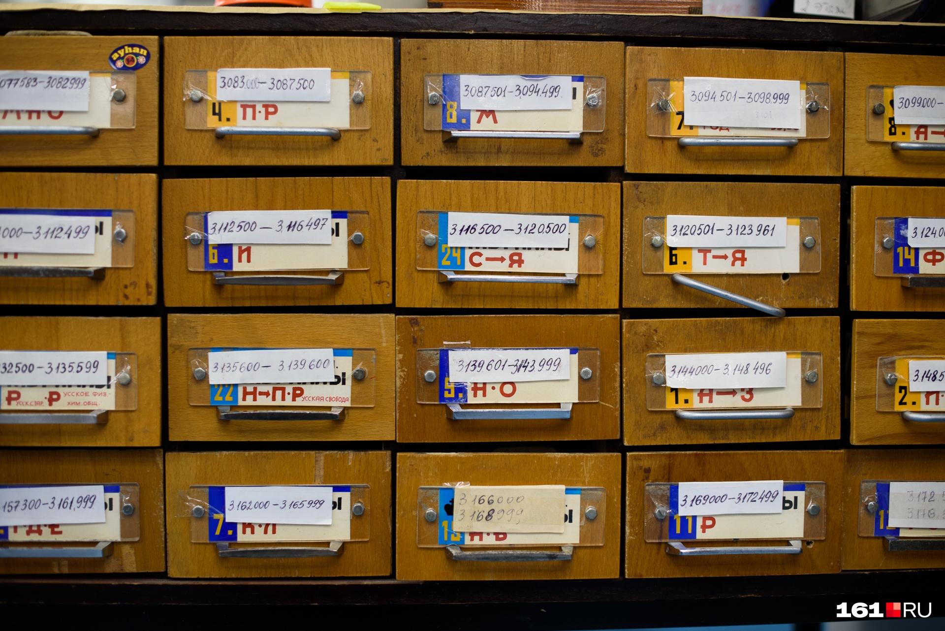 На каждом этаже хранилища примерно 200 тысяч изданий, а работает по одному сотруднику. Каждый должен за 20 минут по запросу гостя библиотеки найти нужную книгу