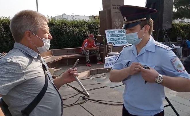 В Екатеринбурге оштрафовали мужчину, который стоял с металлическим воротком в руках рядом с акцией протеста