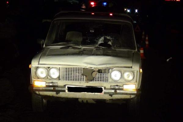 Пешеход разбил головой лобовое стекло, от сильного удара на капоте легковушки осталась вмятина