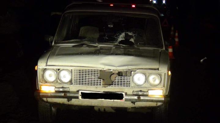 Головой разбил лобовое стекло, от удара помялся капот: на Урале ВАЗ насмерть сбил 60-летнего мужчину