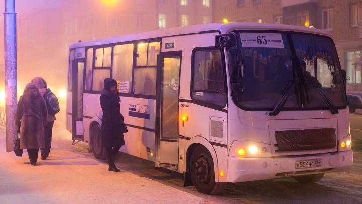 Пассажиров красноярской маршрутки пугают черным списком за оплату проезда на карту кондуктора